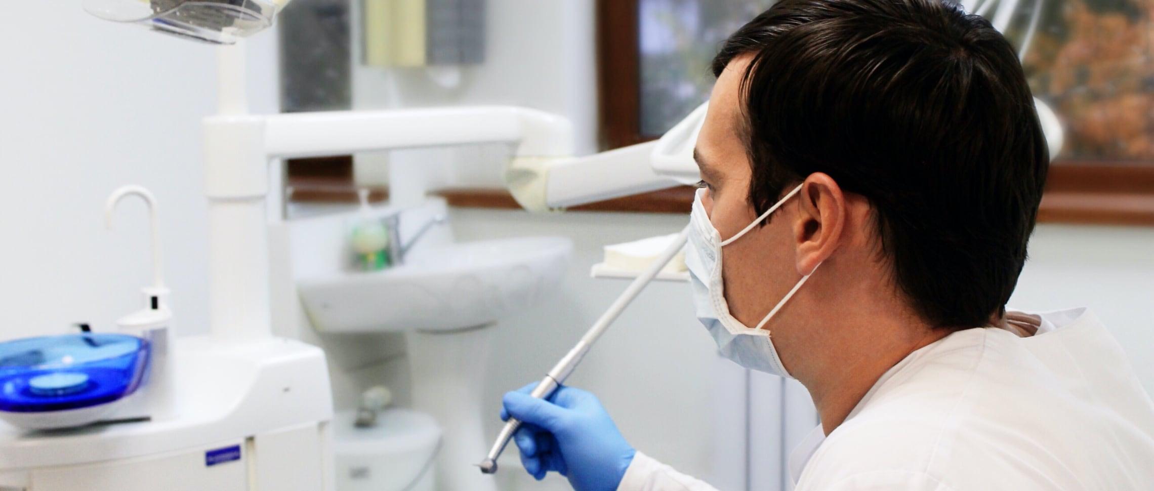 akutundersökning-tandläkare-västerås-klinik-man-arbetar